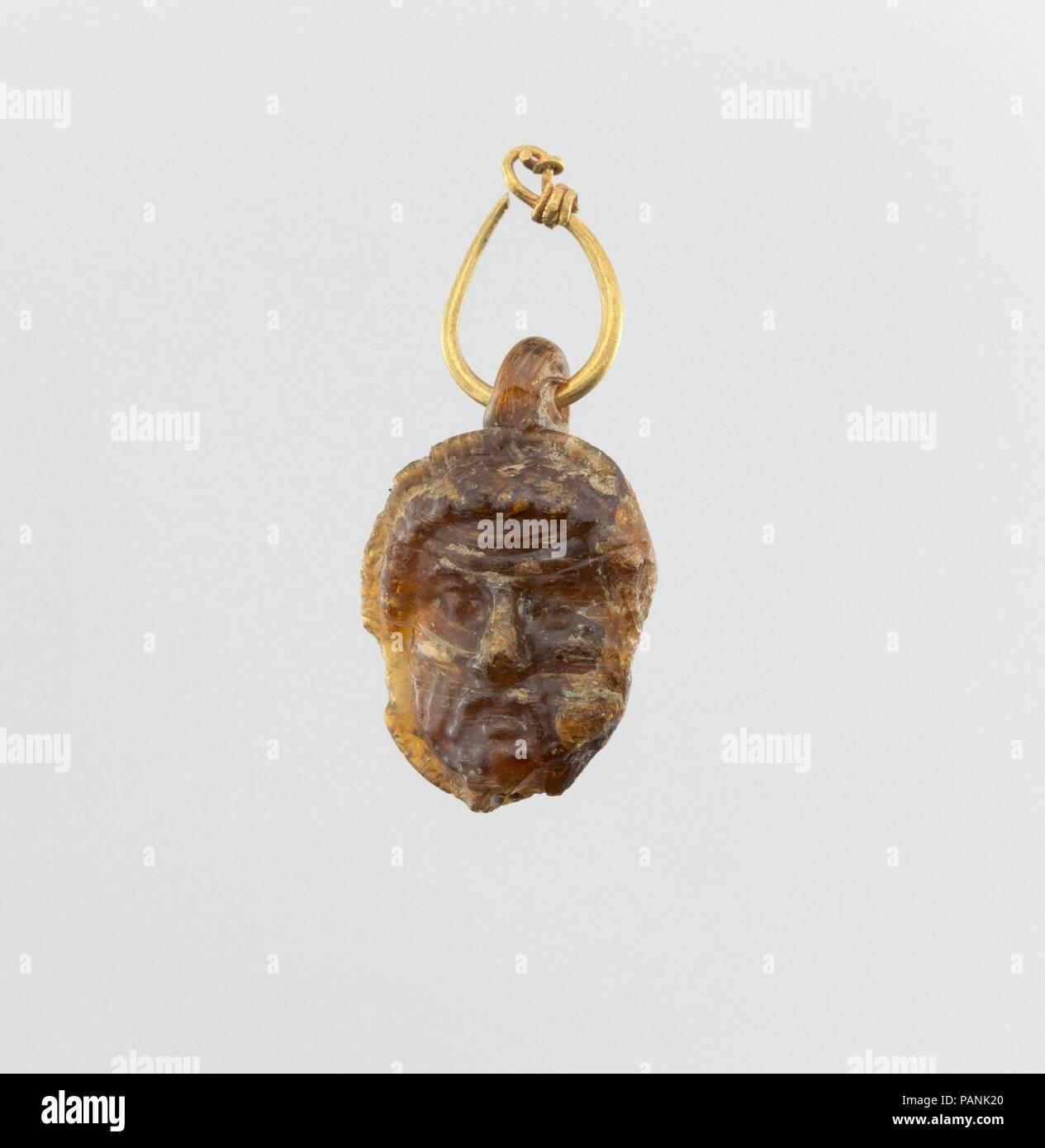 7439d0965c5a Cristal doble cabeza colgante con aro de oro. Cultura  púnico ...