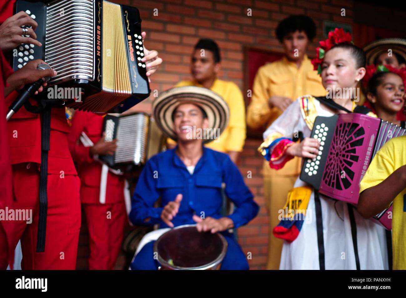 """Andrés """"Turco"""" Gil por la academia de acordeón entrena a los niños pequeños en la música de vallenato, muchos de ellos son refugiados de la violencia o que viven en la pobreza Foto de stock"""