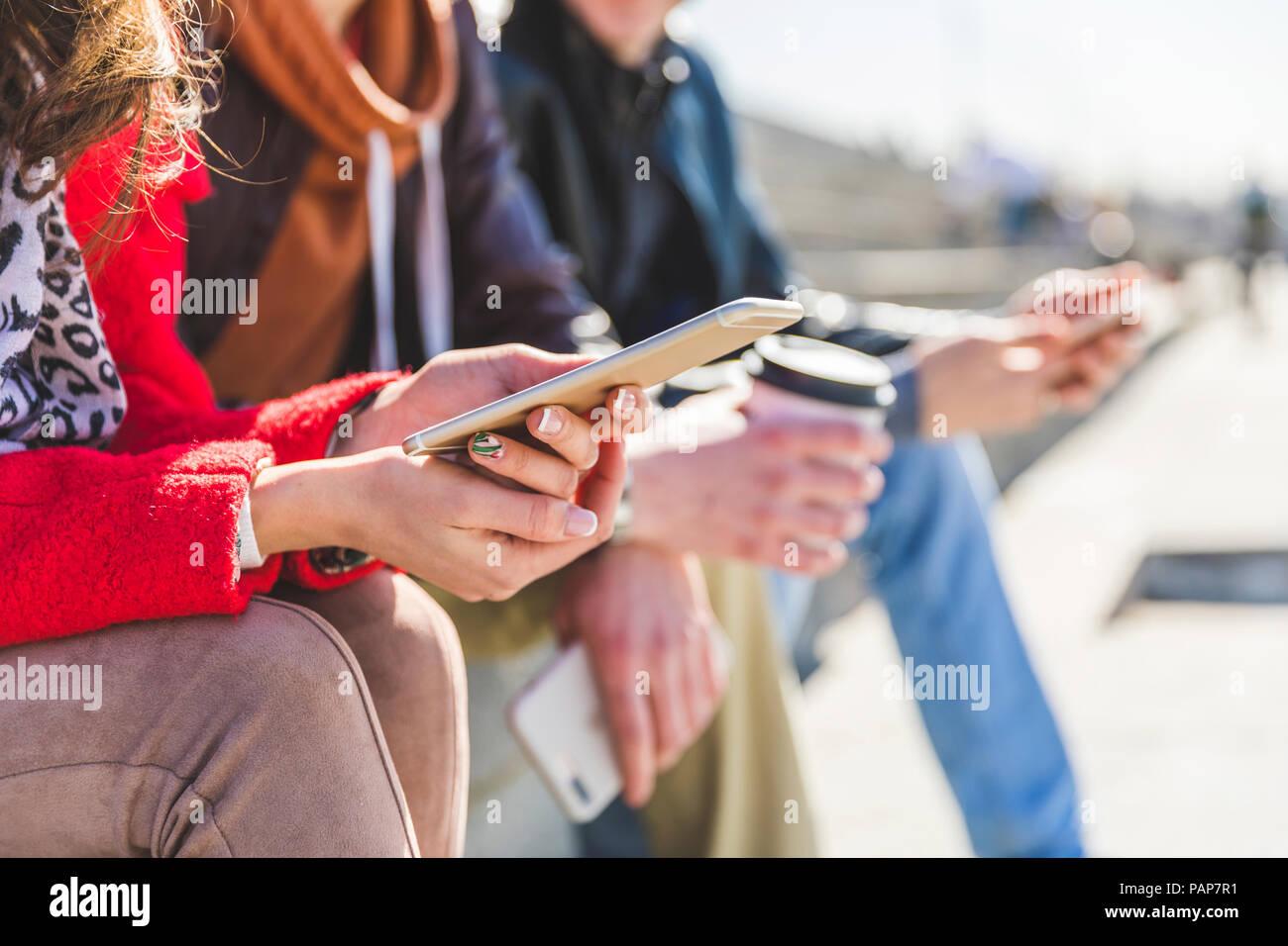 Rusia, Moscú, manos sosteniendo los smartphones y escribiendo Foto de stock