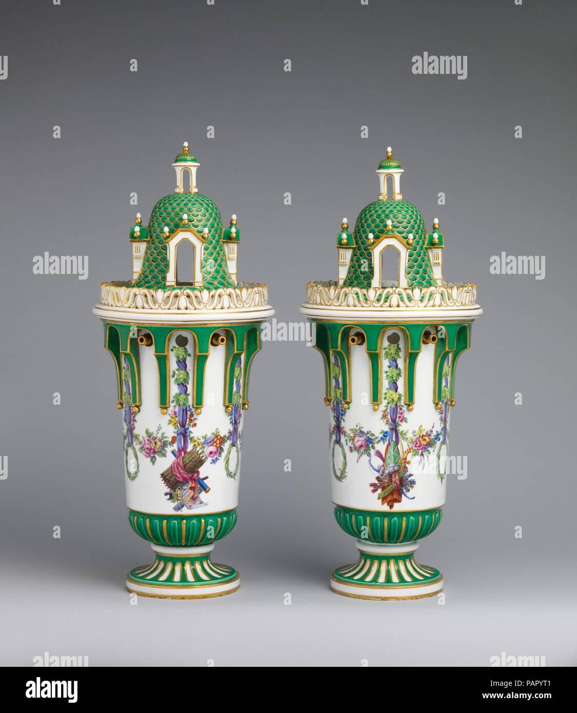 """Jarrón con tapa (Vase en tour) (uno de una pareja). Cultura: francés, Sèvres. Dimensiones: Total (confirmado): H. W. 8 20 3/16 x 5/16 x D. 8 5/16 in. (51,3 x 21,1 x 21,1 cm); Ht. en bronce dorado base: 22 1/2"""". (57,2 cm); Diam. 7 3/4"""". Fábrica: Manufactura de Sèvres (Francia, 1740). Fecha: ca. 1763. Debido al carácter funcional de los servicios realizados para comer o para tomar el té, los modelos de estos útiles mercancías cambian con poca frecuencia en la ciudad de Sèvres. Además, no era factible desde un punto de vista económico constantemente para inventar nuevas formas para todos los componentes de estos servicios. Sin embargo, para decorati Foto de stock"""
