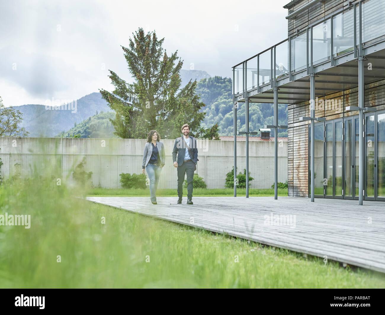 Gente de negocios caminar fuera del edificio de oficinas Imagen De Stock