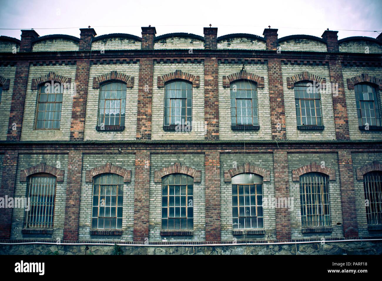 Filas de ventanas de un antiguo edificio abandonado Imagen De Stock