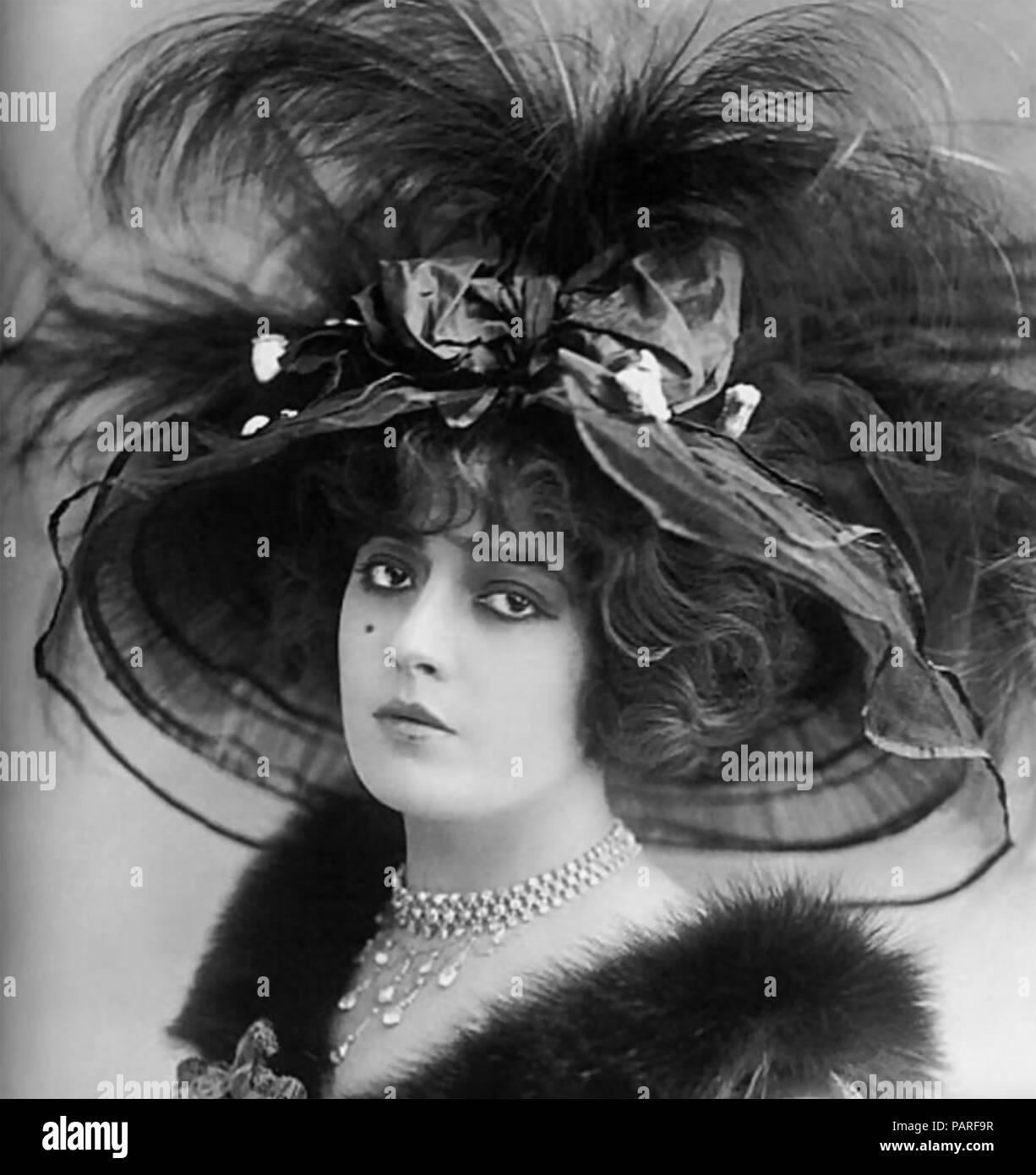 Sombrero de plumas plumas de aves estaban de moda en estilo victoriano  tardío sociedad 429cf555b24