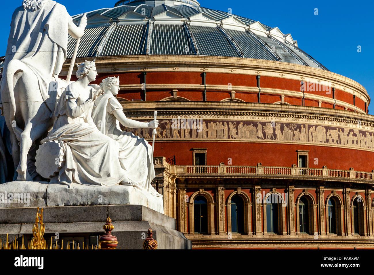 El Albert Memorial estatua y el Royal Albert Hall, los Jardines de Kensington, Londres, Reino Unido. Imagen De Stock