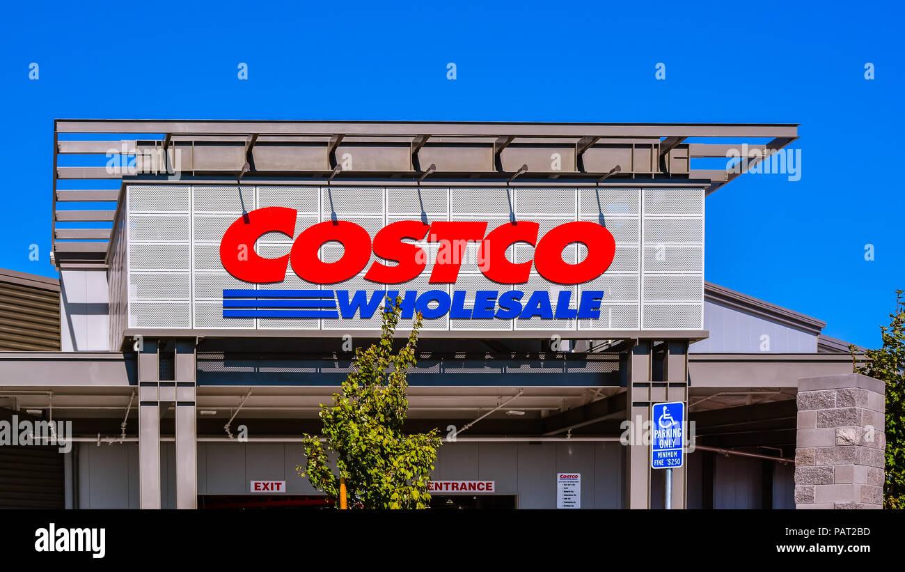 Jul 26, 2017: COSTCO en Raleigh Road, San Jose, CA. Costco es un socio único almacén club que ofrece una amplia selección de mercadería. Imagen De Stock