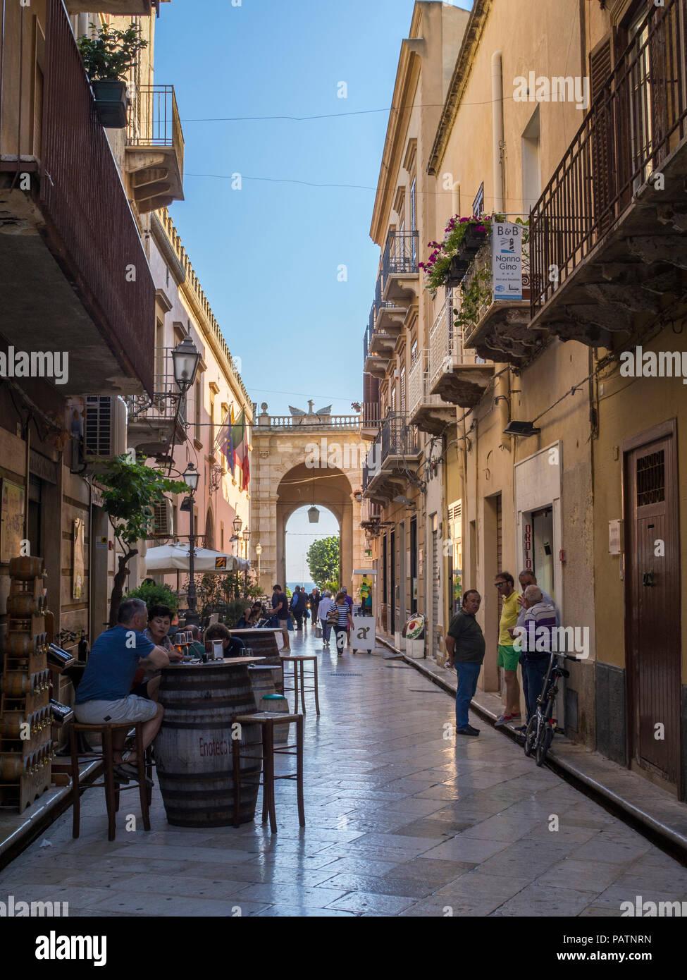 la calle via garibaldi en la ciudad de marsala en el oeste de sicilia italia marsala esta construida sobre las ruinas de la antigua ciudad lilybaion cartaginesa patnrn