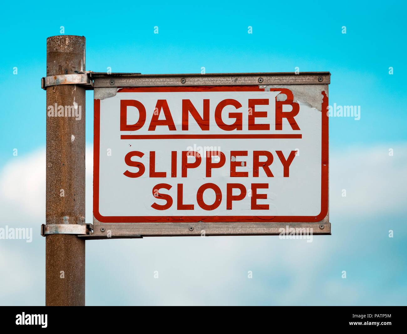 Peligro pendiente resbaladiza señal de advertencia en la zona de Quayside Imagen De Stock
