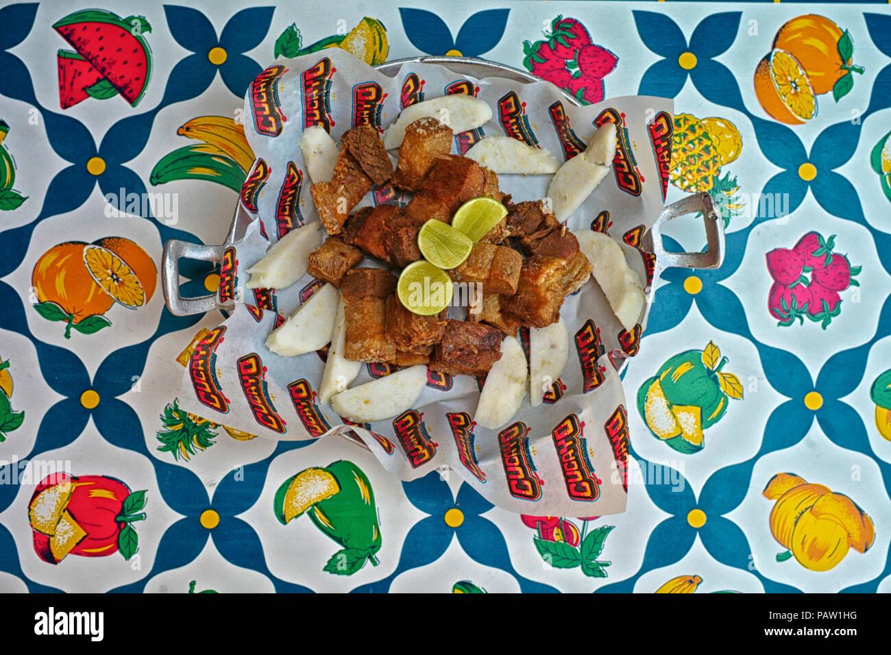 Corteza de cerdo colombiano, conocido localmente como chicharron, servidos con arepas. Cucayo restaurante es conocido por sus platos típicos del caribe costeño y diversión tropical y Foto de stock