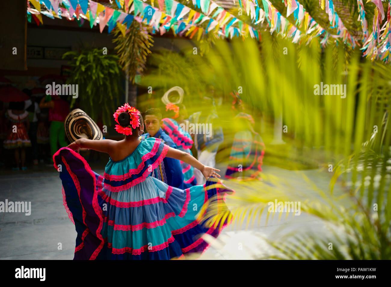 Grupo tradicional disfrazados que representan los múltiples estilos de danza presentes en el Caribe Colombiano Foto de stock