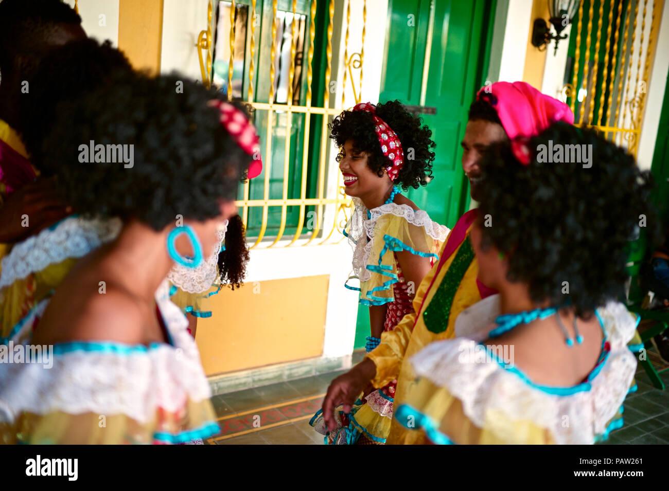 Negritas Puloy desde el barrio Montecristo. La Negrita Puloy que lleva 40 años de felicidad y diversión, es un personaje en el carnaval de Ba Foto de stock