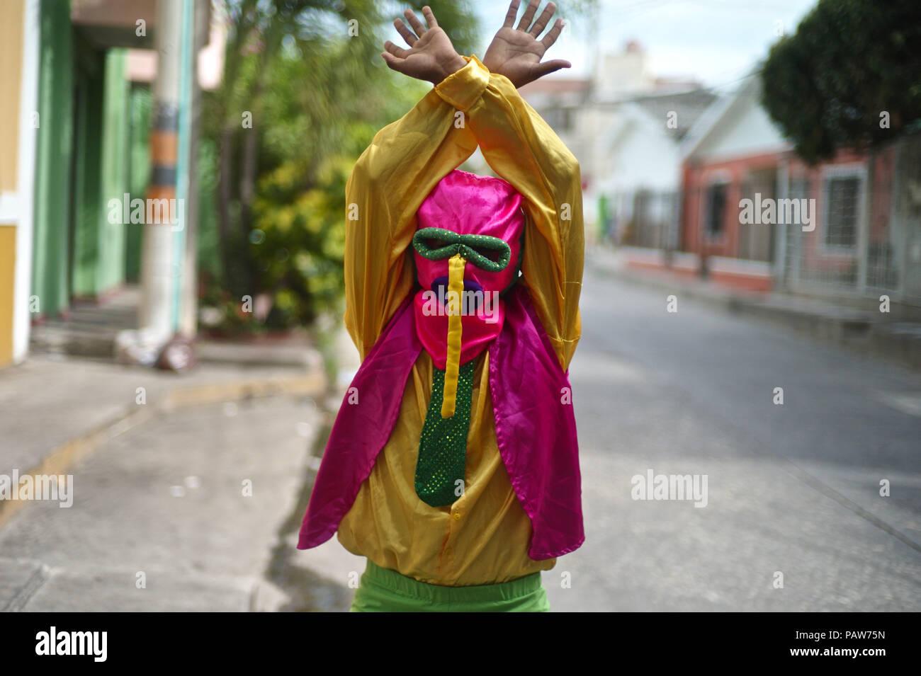 Julio 14, 2018 - Barranquilla, Departamento de Atlántico, Colombia - Uno de los más importantes y conocido personaje es la Marimonda, originada en la ciudad de Barranquilla, este personaje está representada por sus propios movimientos de baile. El traje fue creado por una pobre Barranquillero, este hombre creó porque él no podía permitirse ningún costoso o trajes de fantasía para el Carnaval. Por lo que decidió tomar un par de pantalones de su hermano mayor, donde los calcetines en sus manos y un chaleco hacia atrás. Para finalizar su traje tomó una bolsa hecha de dos círculos para los ojos y una nariz larga atascado cayendo de los ojos. La batalla de flores, Foto de stock