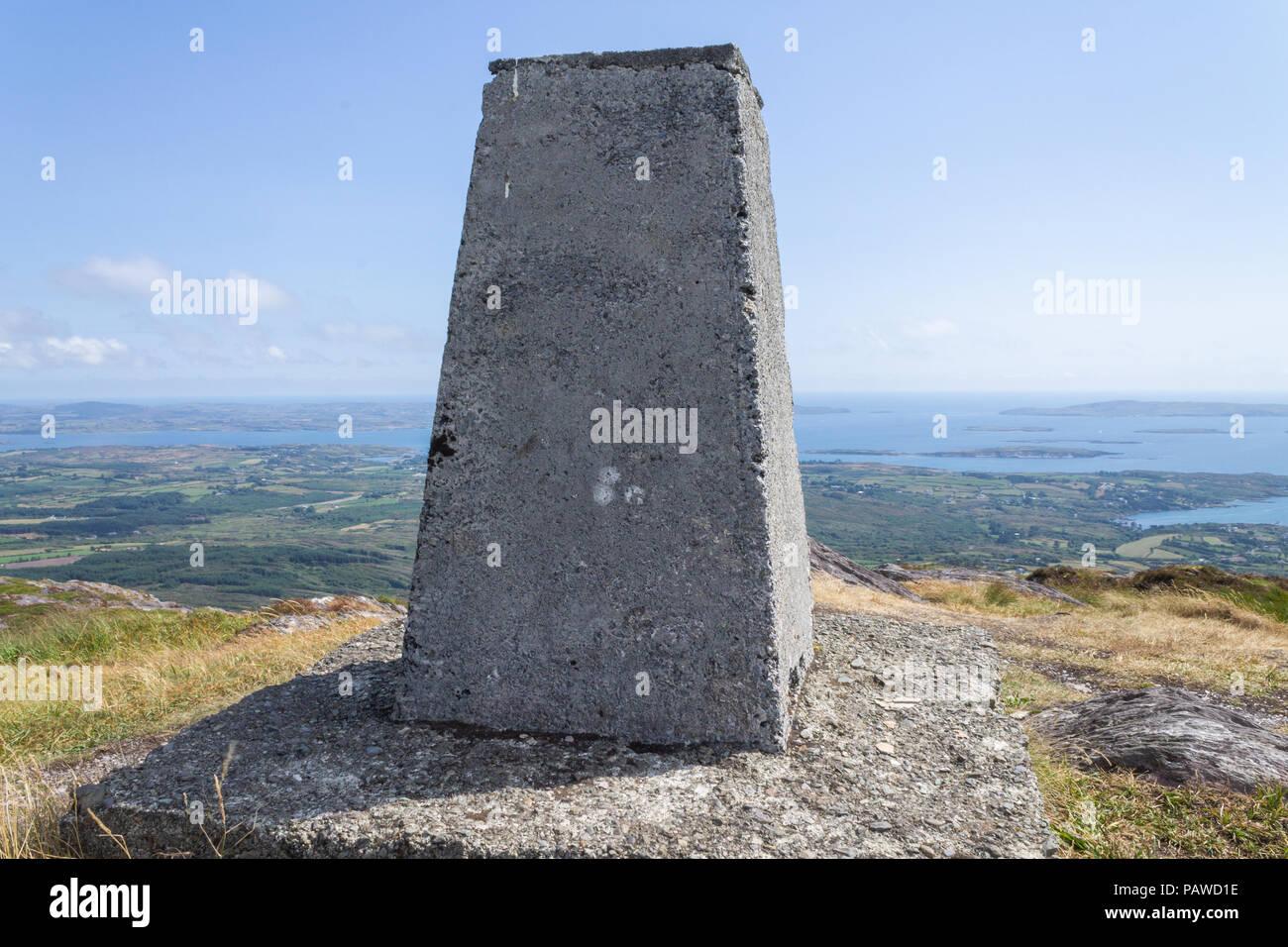 Monte Gabriel, Schull, West Cork, Irlanda. El 25 de julio de 2018. Otro glorioso día cálido y soleado en el oeste de Cork, con una fresca brisa que sopla en la cima del monte Gabriel. El punto de triangulación en el pico a 407m con vistas fantásticas vistas de la costa de West Cork. Crédito: aphperspective/Alamy Live News Imagen De Stock