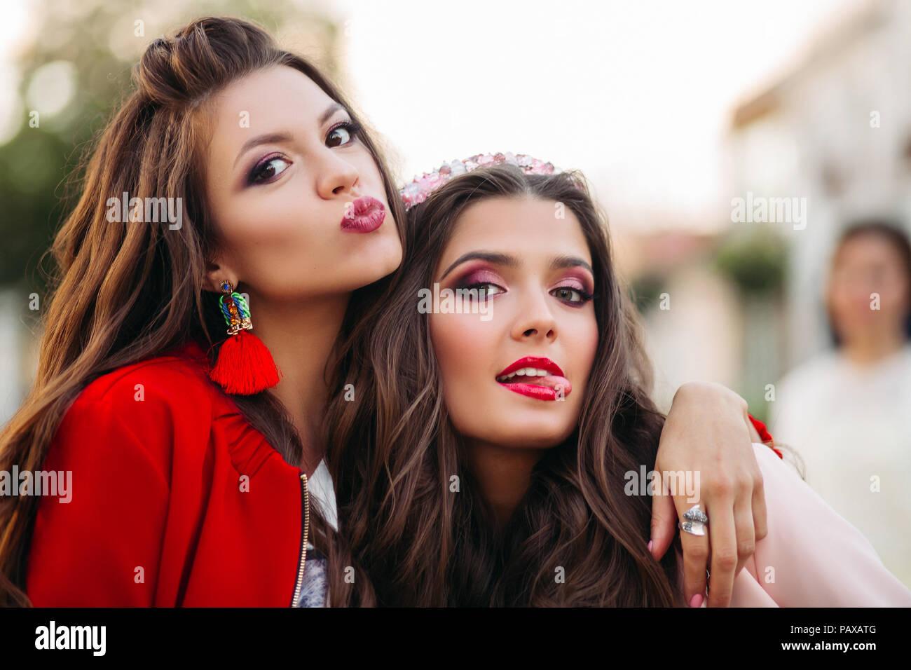 Retrato De Muchachas Bonitas Con Peinados Y Maquillaje Que