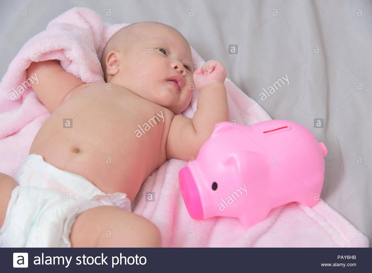 Huchas Para Bebes.Concepto De Ahorro Familiar El Ahorro De Dinero Para Nino