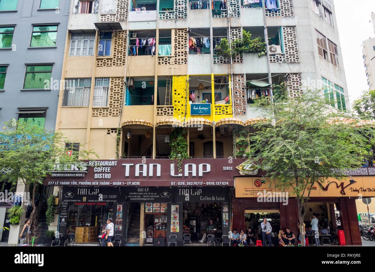 Bloque de apartamentos encima de cafeterías y restaurantes en la ciudad de Ho Chi Minh, Vietnam. Foto de stock