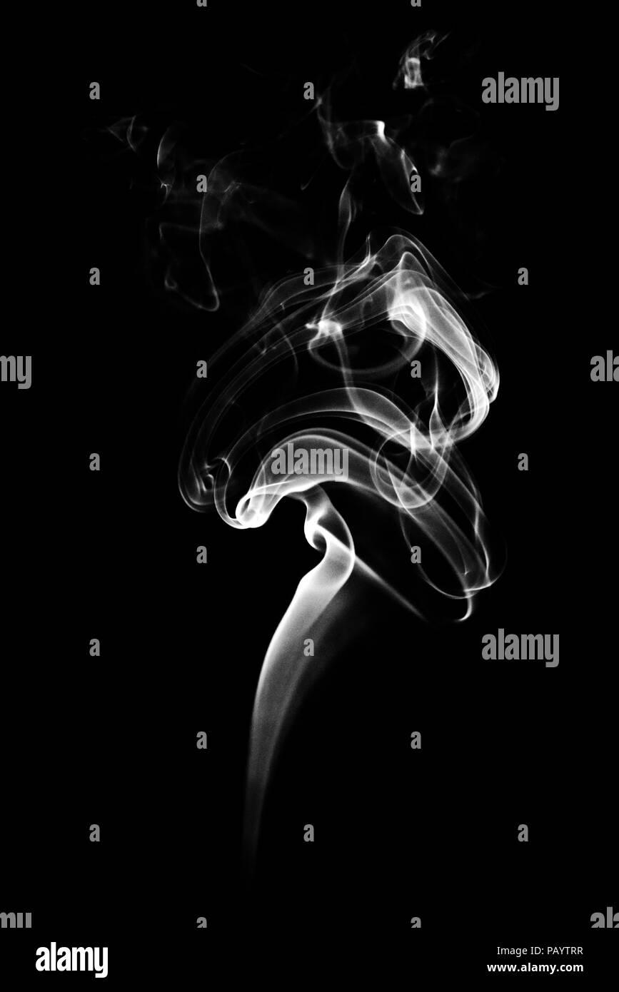 Cerca de humo blanco sobre fondo negro. Concepto abstracto y textura. Imagen De Stock