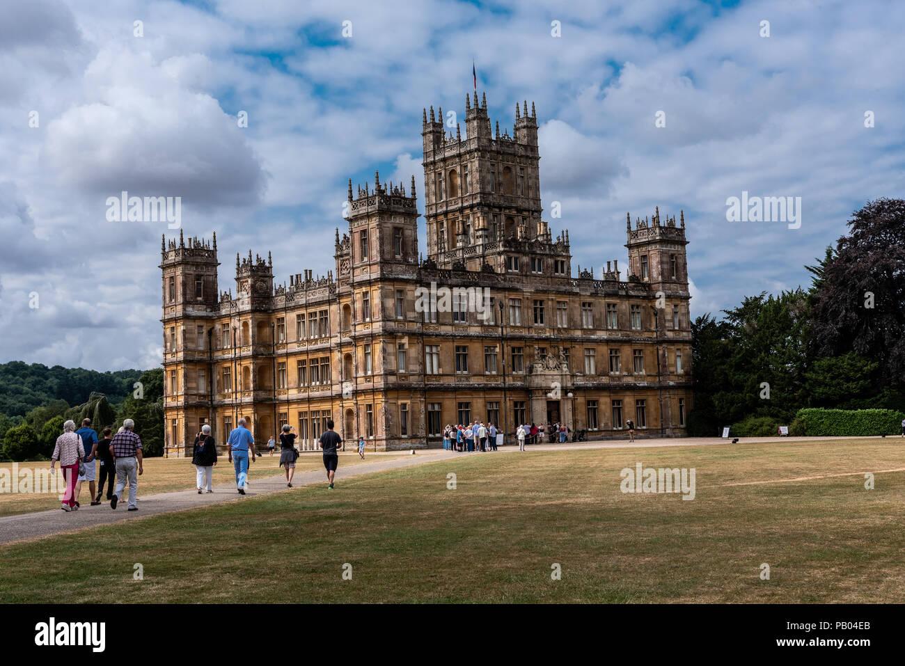 Newbury, Inglaterra--Julio 18, 2018. Grupos turísticos visitar Highclere Castle, ubicado en 5.000 acres en Hampshire, Inglaterra. Es el lugar para disparar Imagen De Stock