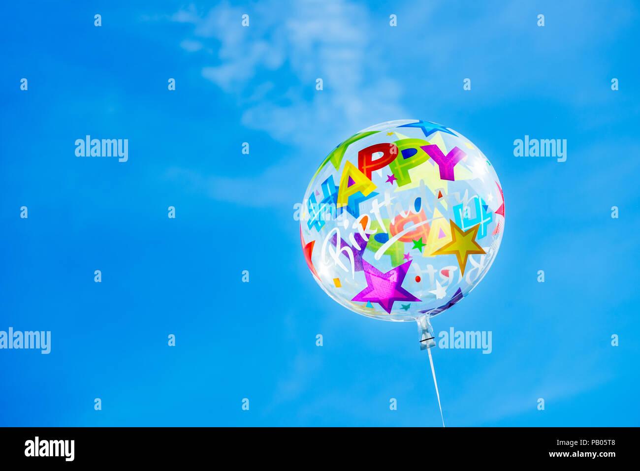 Feliz Cumpleaños Ballon en el fondo del cielo, concepto de postal Foto de stock