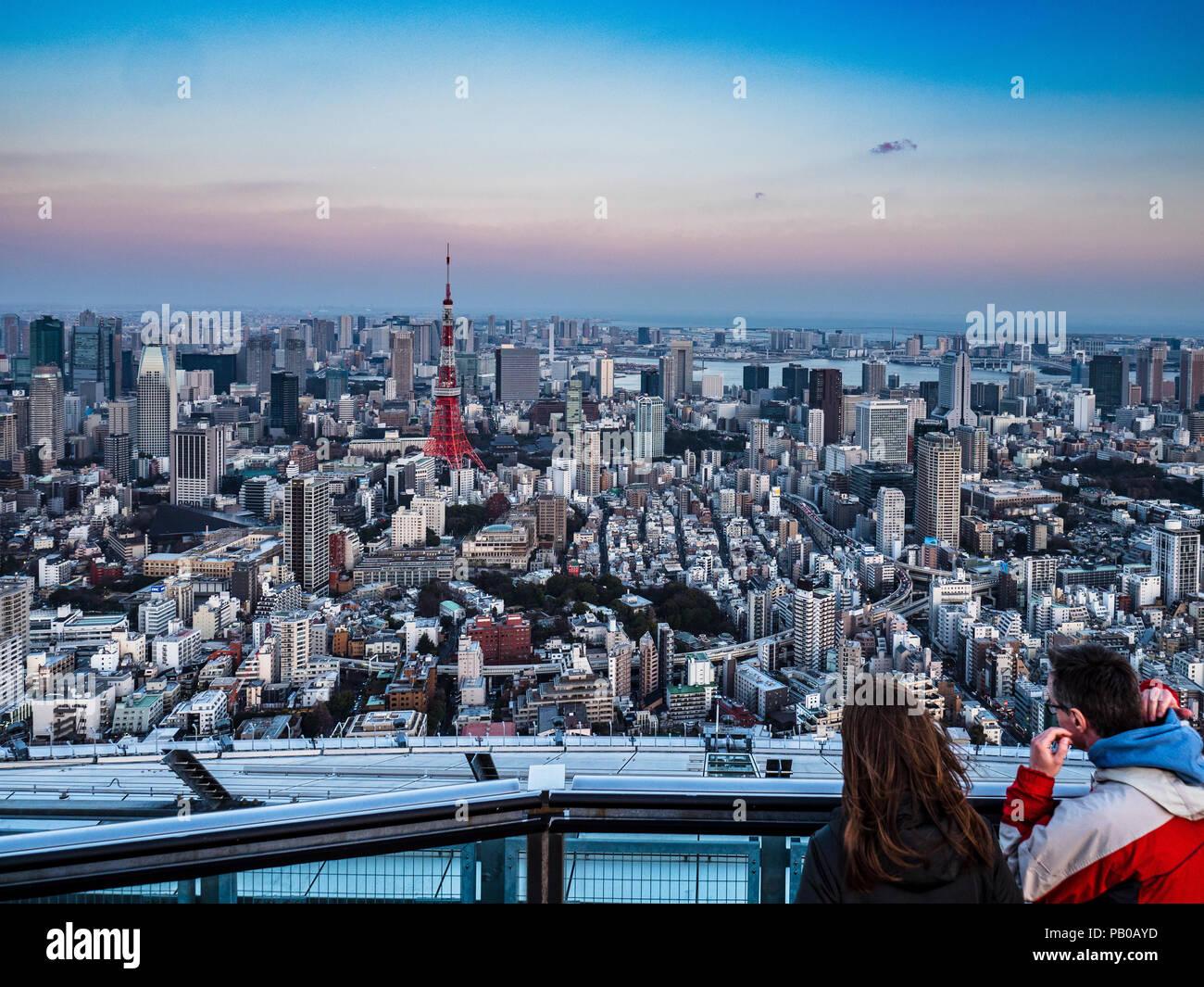 Turismo de Tokio Tokio Skyline horizonte de Tokio Tokio Twilight - Turistas ver Tokio al anochecer, incluyendo la Torre de Tokio Imagen De Stock
