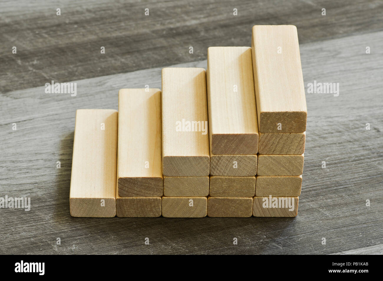 Reto / Objetivo concepto - Escalera hacia arriba de los bloques de construcción en madera color gris oscuro en el fondo Imagen De Stock
