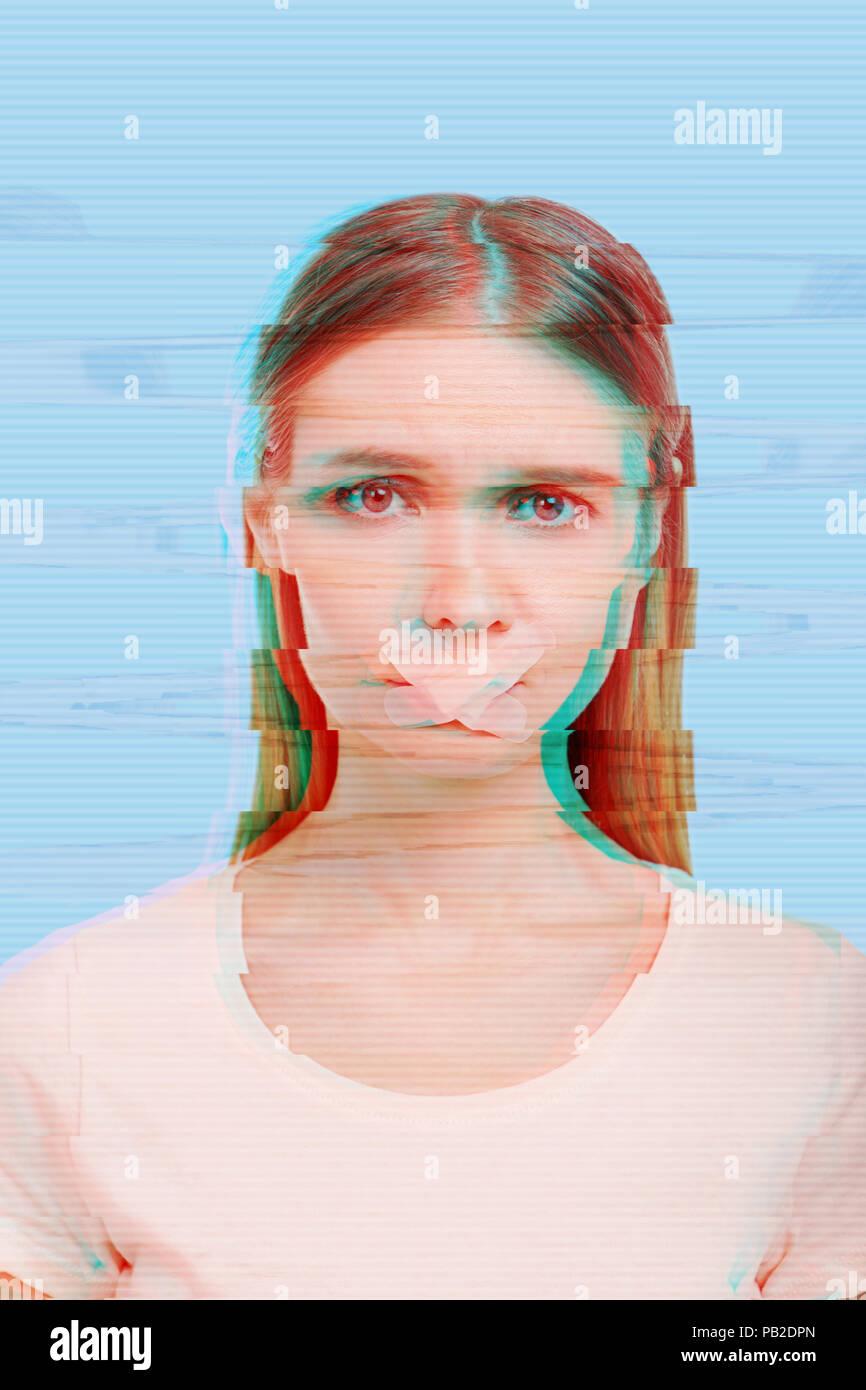 Chica infeliz sensación de miedo y de pie con un yeso en sus labios Imagen De Stock