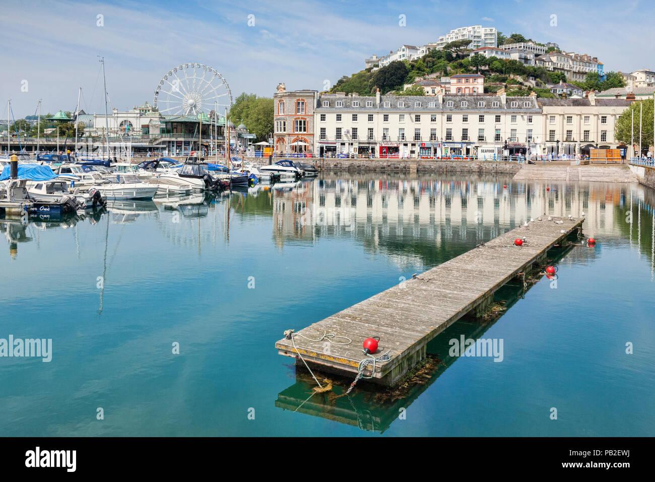 21 de mayo de 2018: Torquay, Devon, Inglaterra, REINO UNIDO - La Marina, puerto y ciudad en un soleado día de primavera. Imagen De Stock