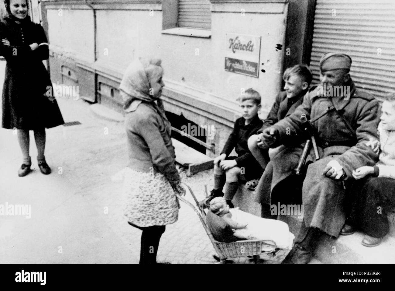 II guerra mundial, Berlín, soldado ruso juega con una niña Foto de stock