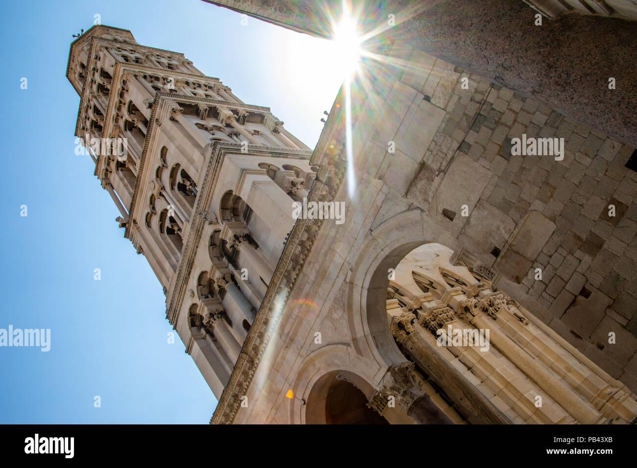 Catedral de san Domnio, antiguo campanario y Split, en el centro histórico de Split, Croacia Foto de stock