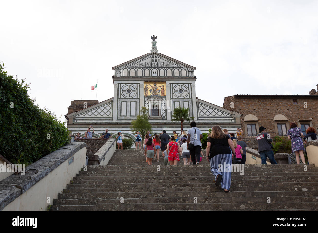 La iglesia de San Miniato al Monte (Florencia, Italia). Su fachada, que datan del siglo XII th - es de un estilo excepcional. Foto de stock