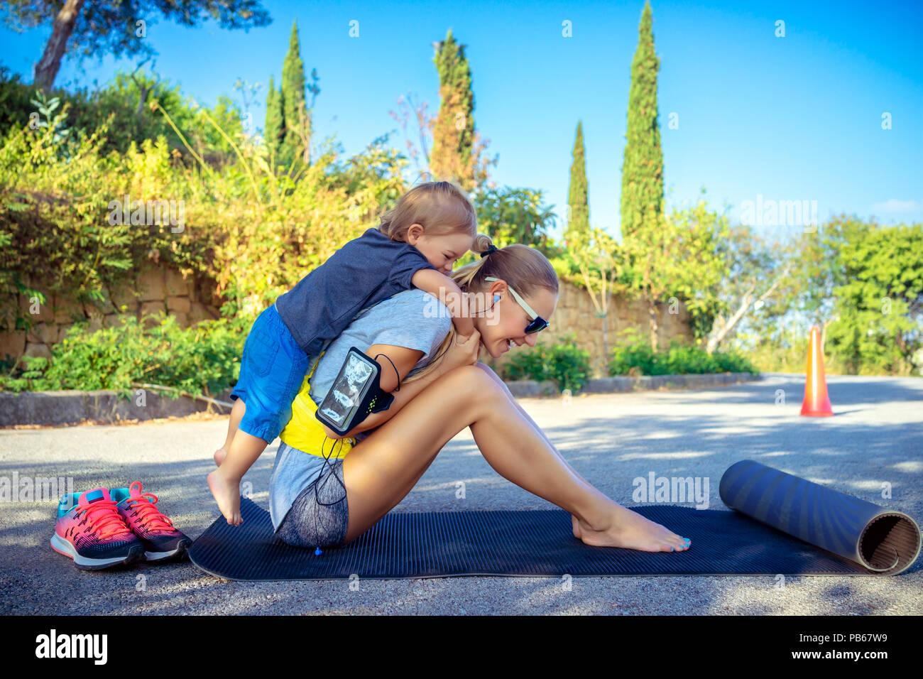 Mamá y su hijo jugar juegos de deportes en el parque en un día soleado de verano, feliz de la infancia activa, buena familia cariñosa concepto Imagen De Stock