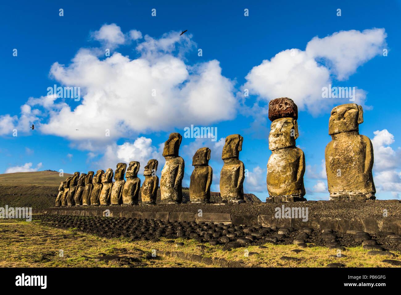 Ahu Tongariki, el Ahu plataforma más sorprendentes en la Isla de Pascua. 15 moais siguen en pie en el sureste de la isla. Ahu Tongariki revela los Moai Imagen De Stock