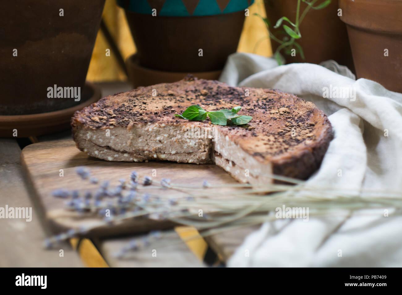Casero suave cheesecake (tarta de queso cottage, cazuela, zapekanka) vainilla chocolate con canela sobre una tabla de cortar. Close-up Imagen De Stock