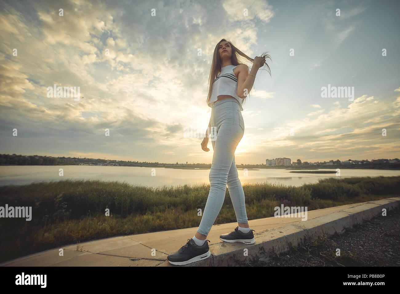 Silueta De Mujer Joven Mirando El Mar Al Atardecer Impresionante