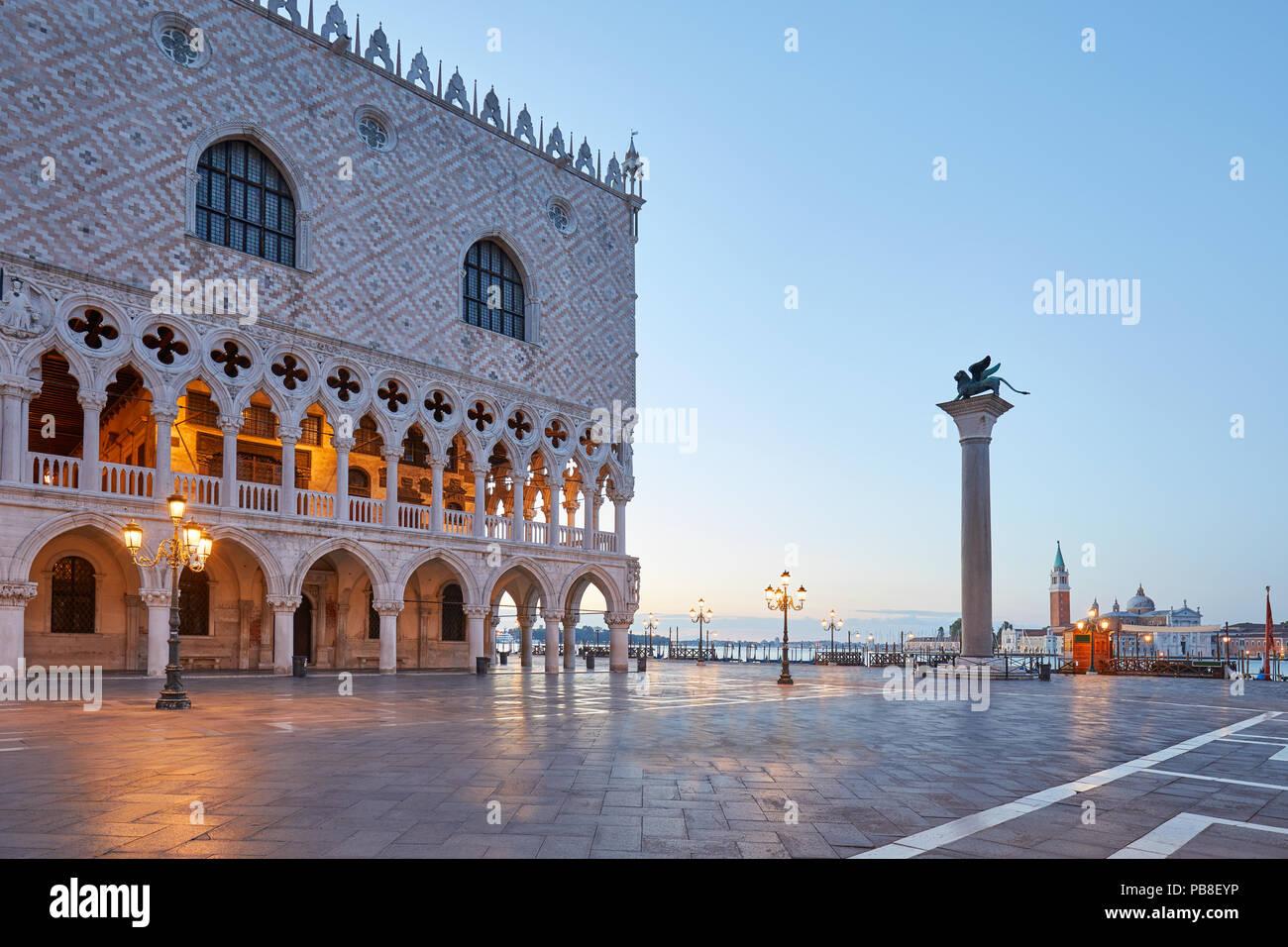 La plaza de San Marcos, el Palacio Ducal y la columna con león estatua, nadie al amanecer en Venecia, Italia Imagen De Stock