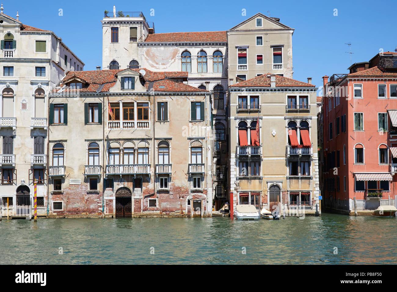 Las fachadas de los edificios de Venecia y el canal en un día soleado en Italia, nadie Imagen De Stock