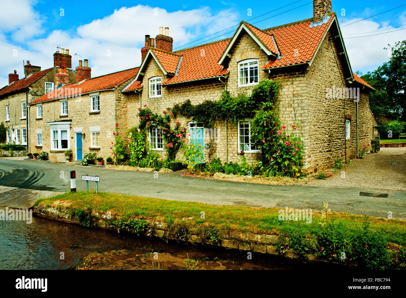 Brookside Hovingham, North Yorkshire, Inglaterra Foto de stock