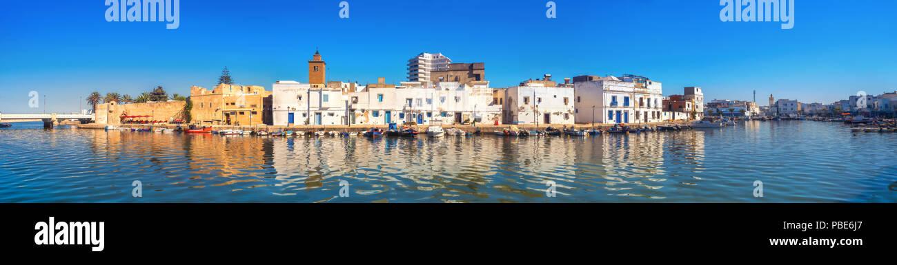 Vista panorámica del paseo marítimo con pared kasbah y pintorescas casas en Puerto Viejo al atardecer. Bizerta, Túnez, África del Norte Imagen De Stock