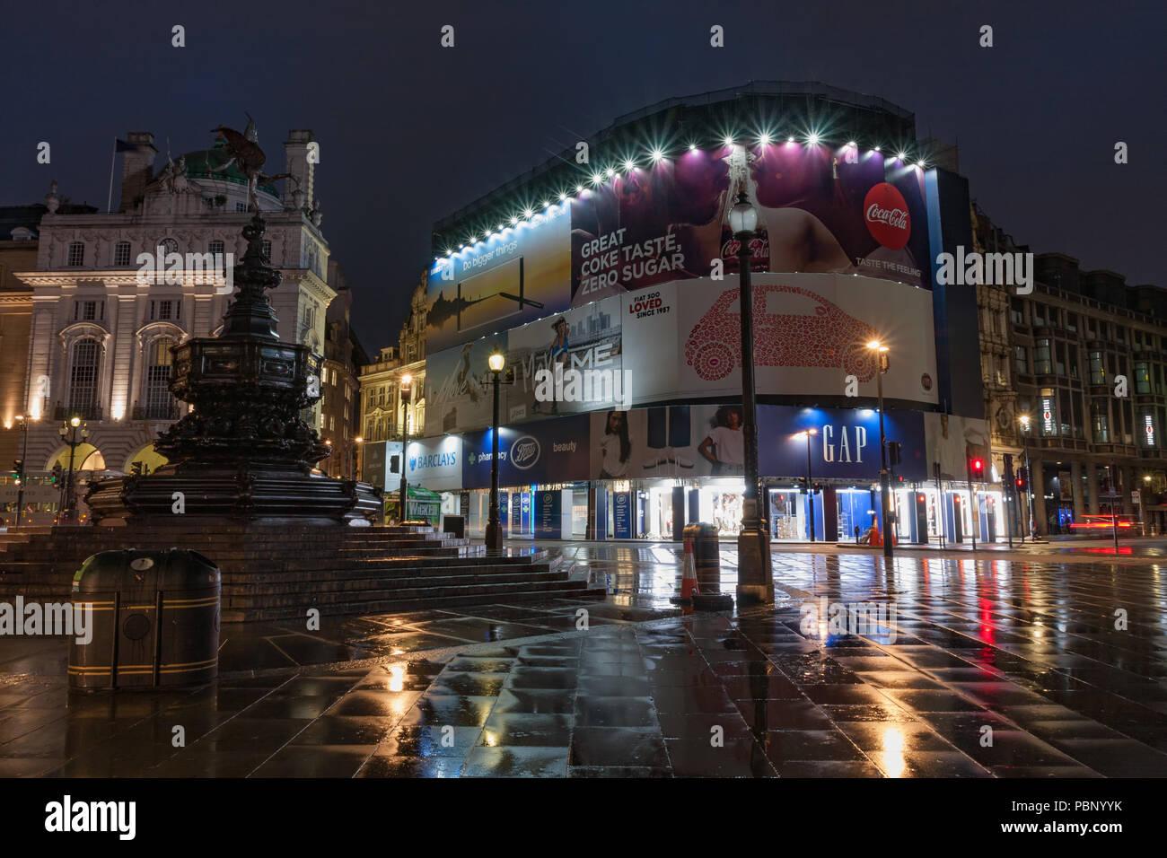 Piccadilly Circus, London-September 8,2017: Fuente En Piccadilly Circus en la lluviosa mañana temprana hora el 8 de septiembre de 2017 en Londres, Reino Unido Imagen De Stock