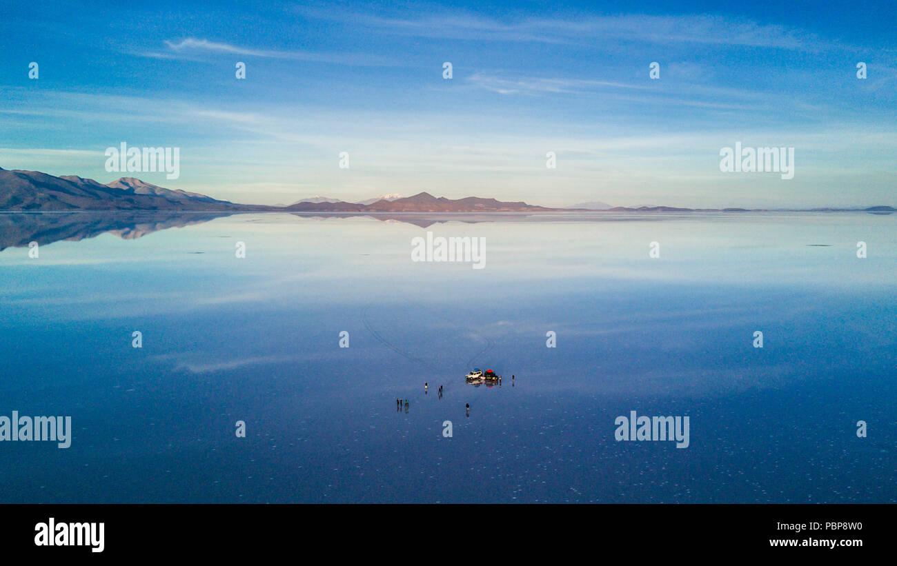 Uyuni antena reflejos son una de las cosas más increíbles que un fotógrafo puede ver. Aquí podemos ver cómo el amanecer sobre un horizonte infinito con Foto de stock