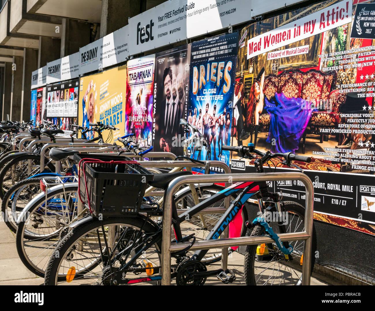 Estacionar bicicletas alineadas en bike park con el festival Fringe de  Edimburgo carteles 4d9d1115c7077