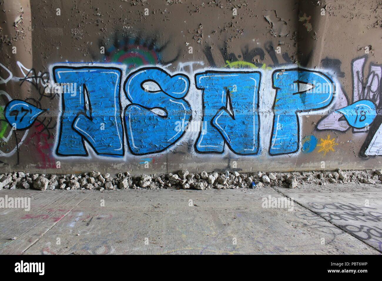 ASAP graffiti pintado bajo el puente de la autopista en la Bagh forest preserve en Chicago, Illinois, en un día soleado. Imagen De Stock