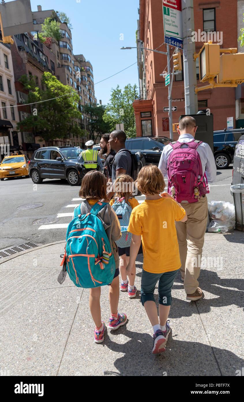 El hombre escolta de jóvenes estudiantes de la escuela a casa en Nueva York, EE.UU. Imagen De Stock