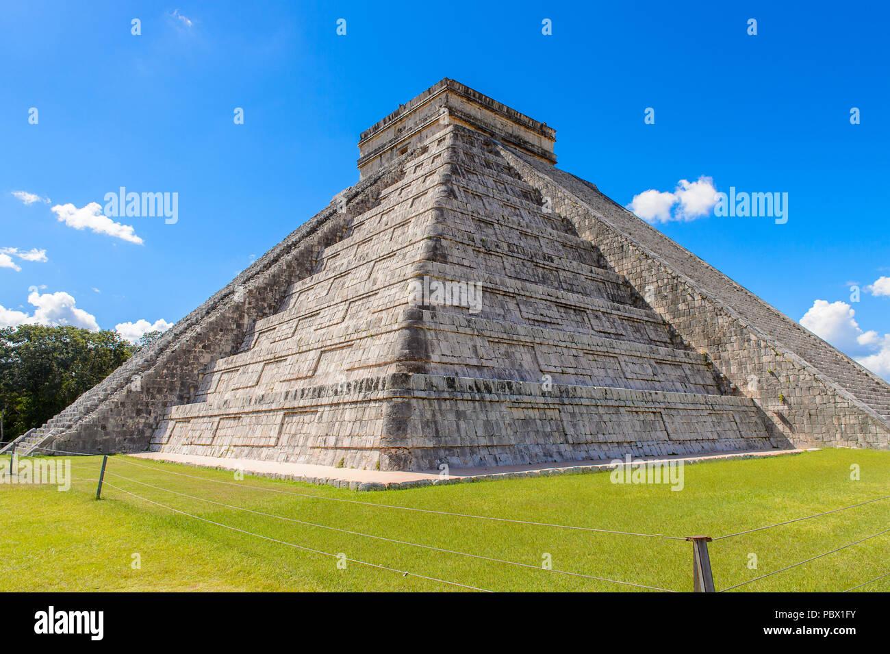 El Castillo (Templo de Kukulcán), un corredor de paso, la pirámide de Chichen Itza. Fue una gran ciudad precolombina construida por el pueblo maya de la Termin Foto de stock
