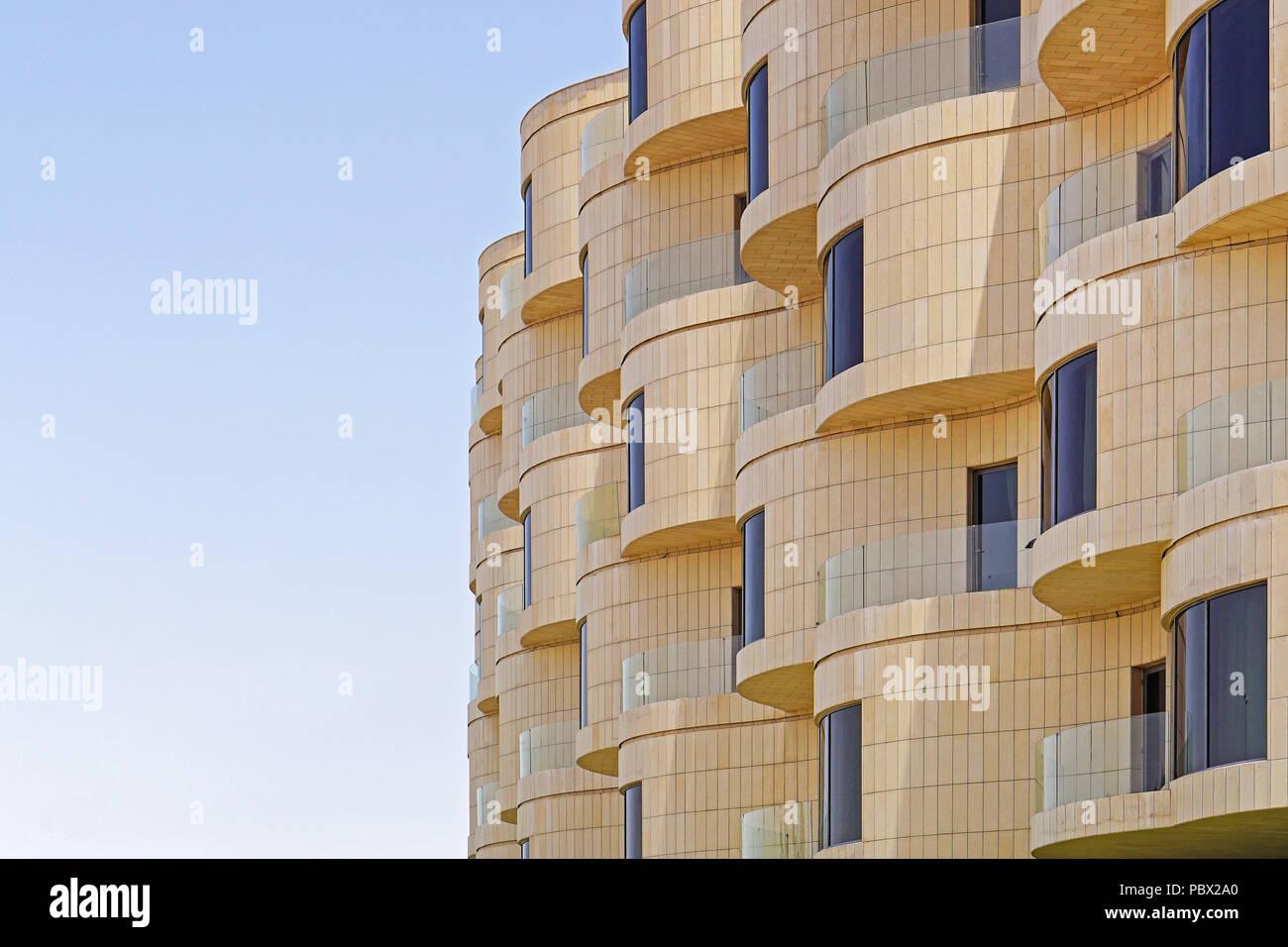 Edificio Nuevo Y Moderno Con Balcón Terraza Redonda En