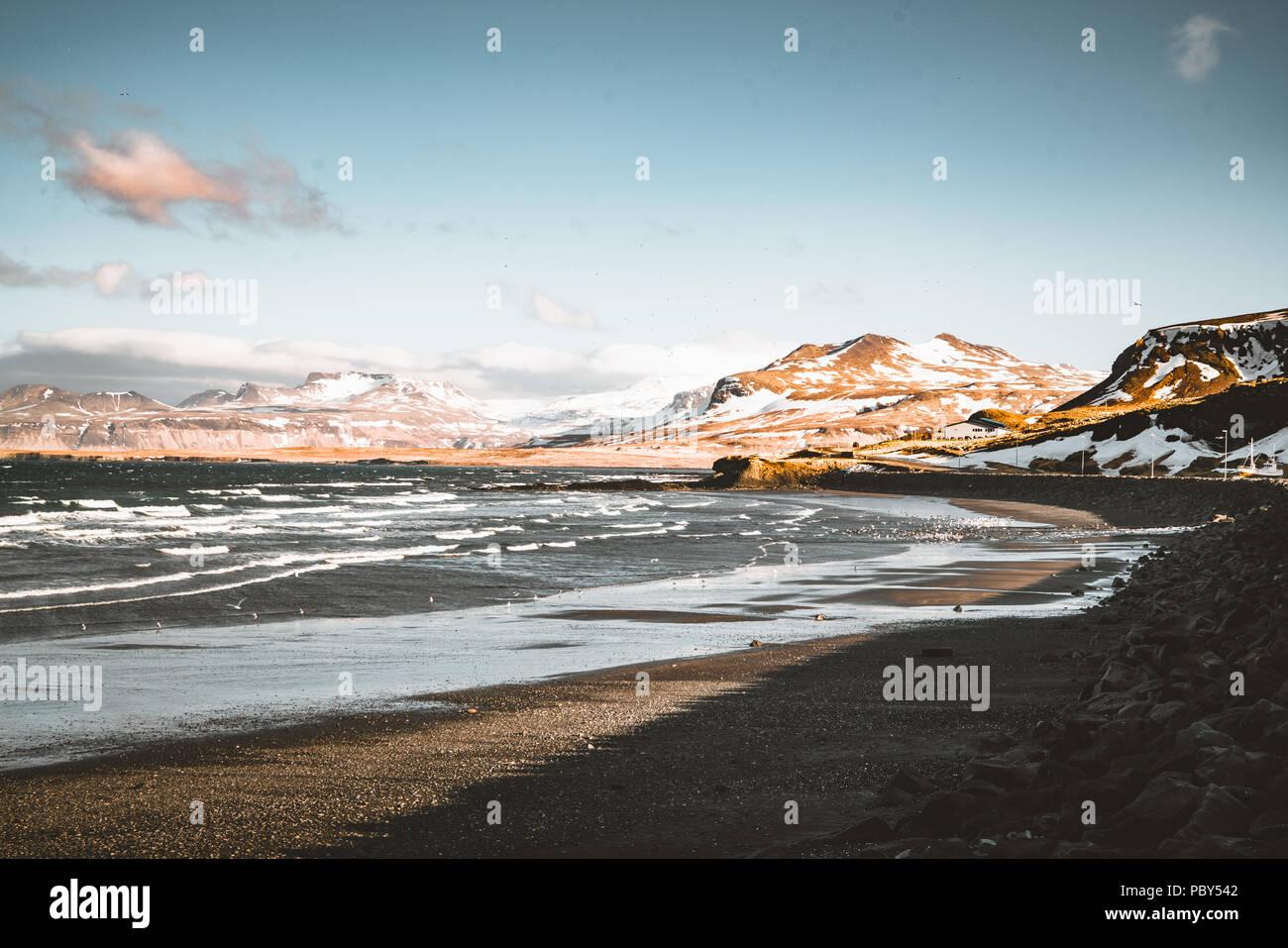 Snaefellsnes Weste Islandia con vista al mar, con playa y montañas y cielo azul en el fondo. Imagen De Stock