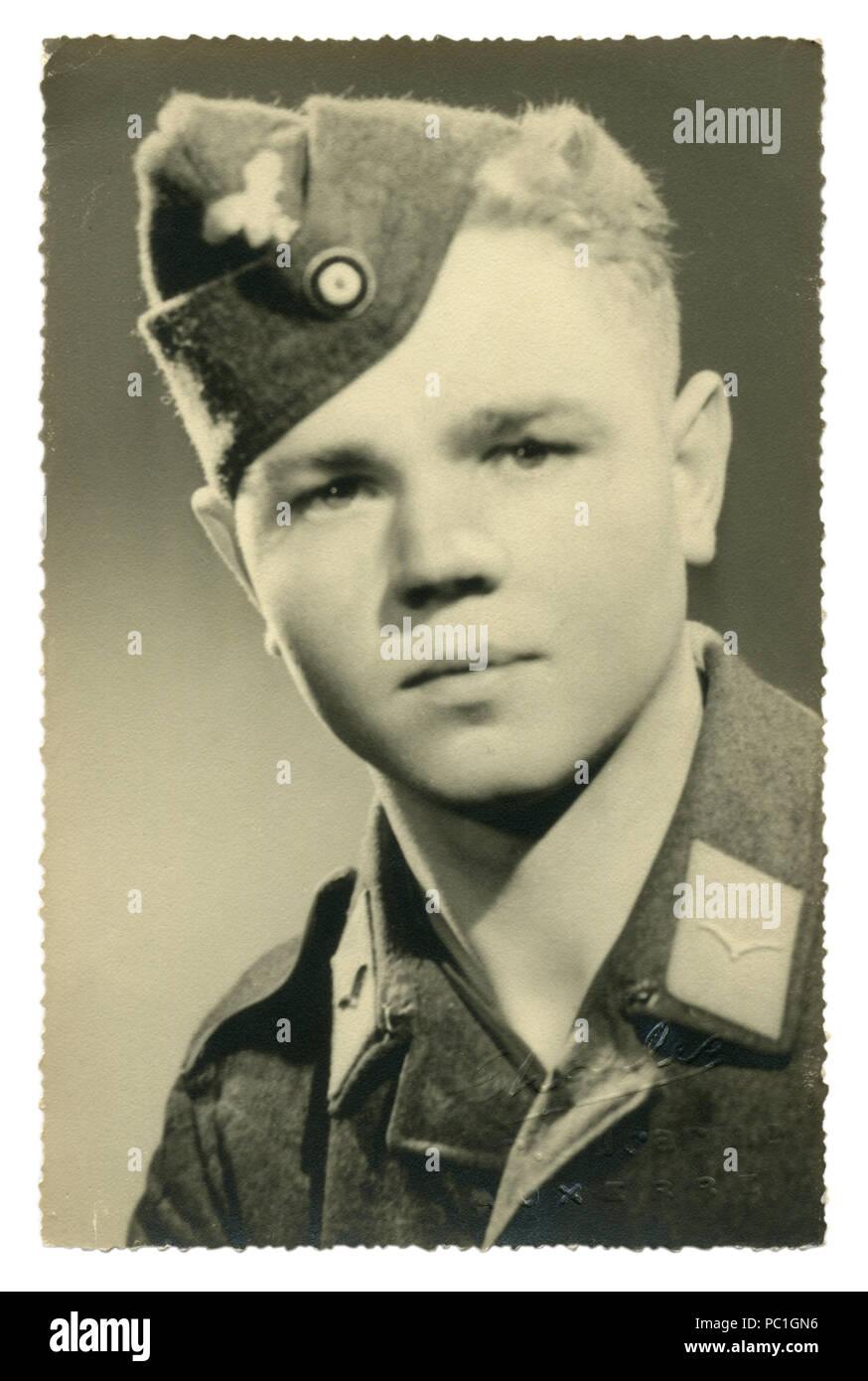 German Historical foto: joven apuesto hombre, privado en uniforme militar de la fuerza aérea, la Luftwaffe, fotografía de estudio de 1943, la segunda guerra mundial, Alemania Imagen De Stock