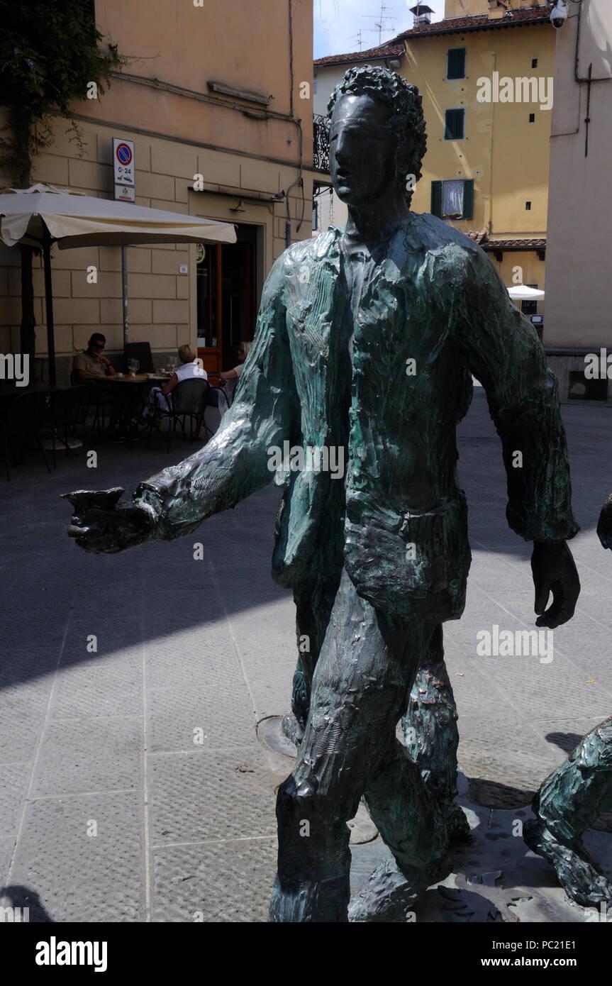 """Parte del bronce """"Giro del Sole"""" (1994) por el artista local Roberto Barni (b. 1939) en Pistoia, Toscana, Italia Imagen De Stock"""