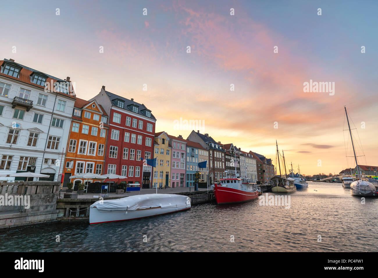 Amanecer en el horizonte de la ciudad de Copenhague puerto Nyhavn, Copenhague, Dinamarca Foto de stock