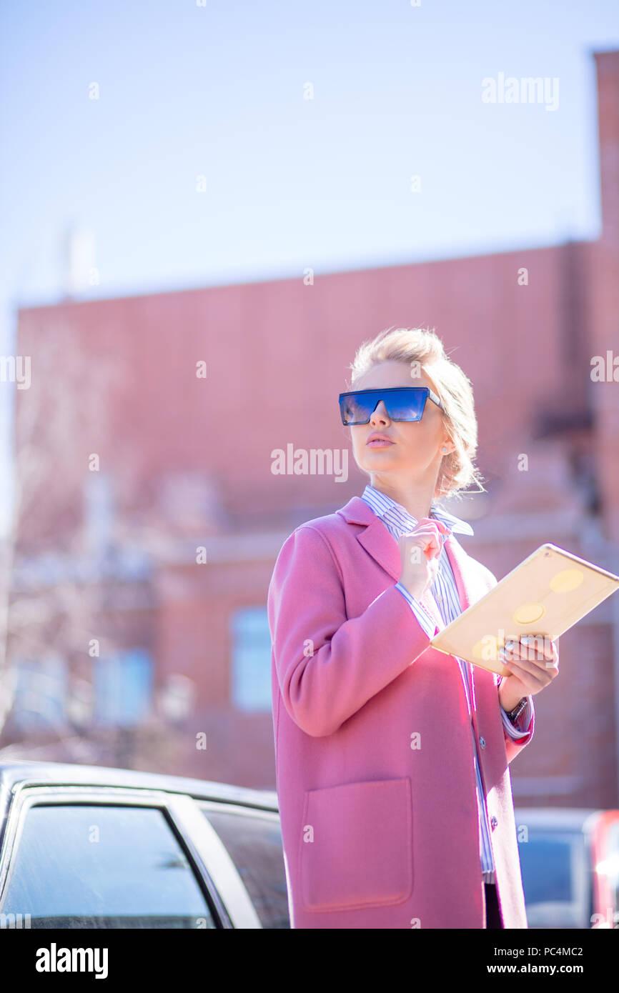 Hermosa niña tratando de encontrar la ubicación en la ciudad extranjera.sentido de la localidad Imagen De Stock