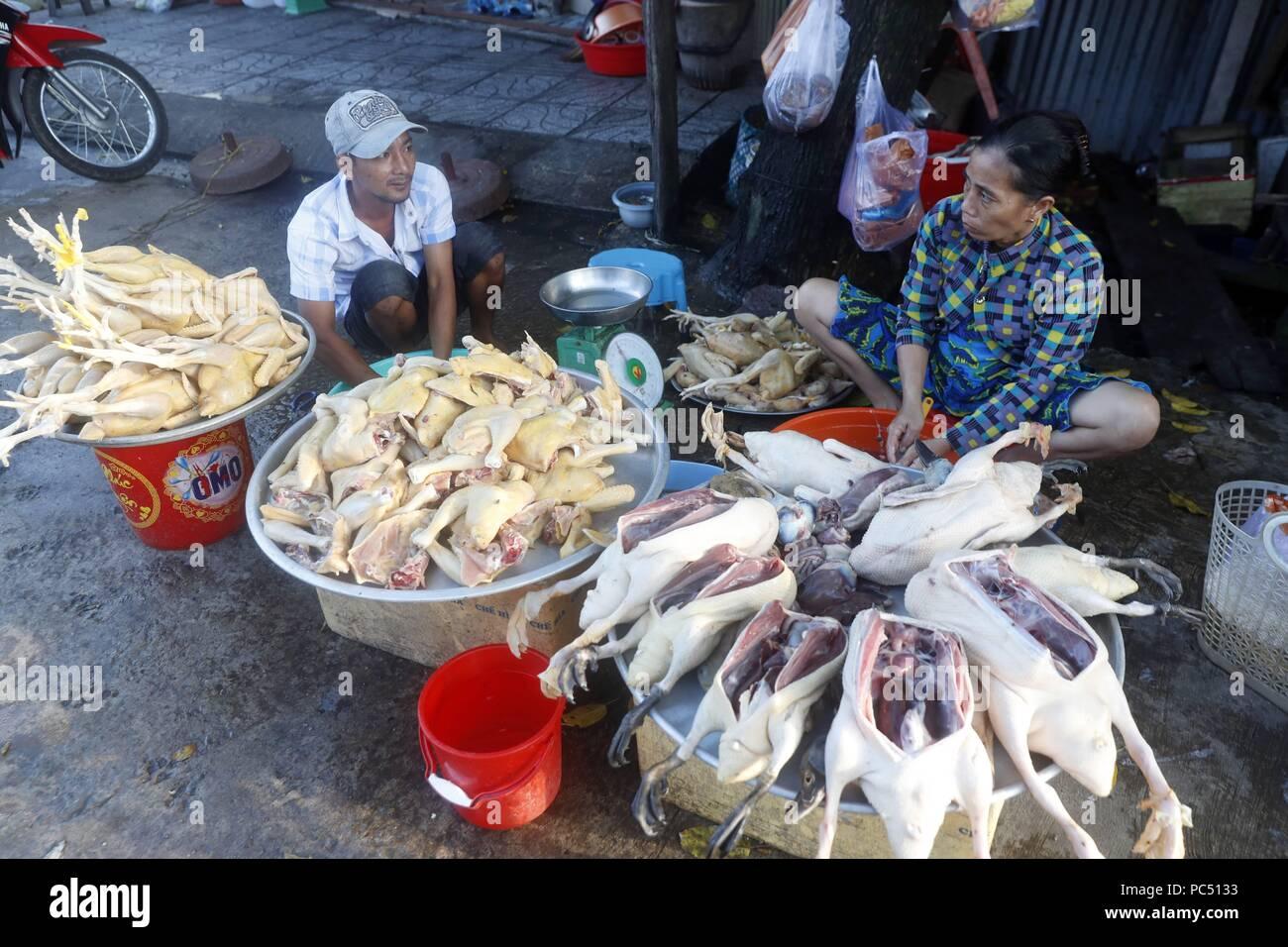 Mercado matinal en Duong Dong de la ciudad. Los pollos y patos para la venta 1769e0df262
